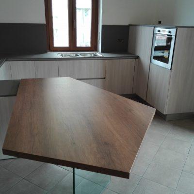 Cucina-stosa-moderna-infinity-penisola-bancone-vetro-fenix-effetto-legno (1)