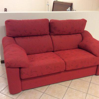 Divano-moderno-rosso-schienale-reclinabile