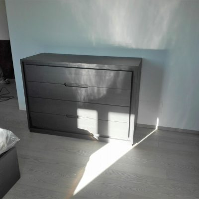 camera-artigianale-legno-massello-moderna-grigio-bianca-laccata