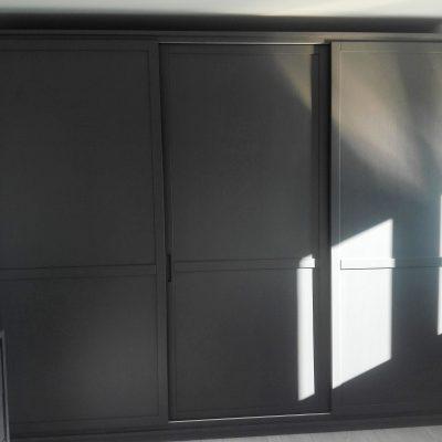 camera-artigianale-legno-massello-moderna-grigio-bianca-laccata (3)
