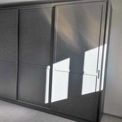 camera-artigianale-legno-massello-moderna-grigio-bianca-laccata (7)