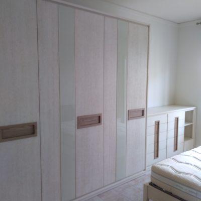 camera-artigianale-moderna-legno-rovere-decapè-vetro-letto-imbottito (5)