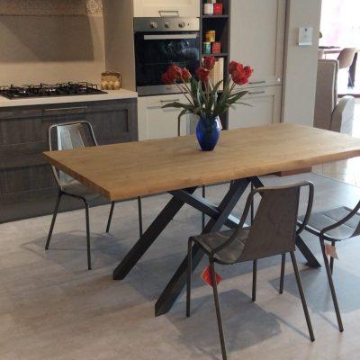 tavolo-moderno-rovere-piano-massello-scortecciato-gambe-ferro-incrociate (2)