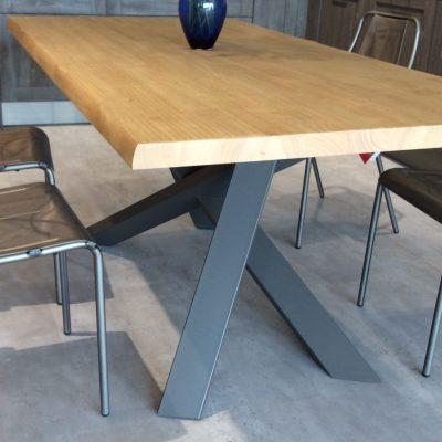 tavolo-moderno-rovere-piano-massello-scortecciato-gambe-ferro-incrociate-torino-cuneo-polonghera-(3)